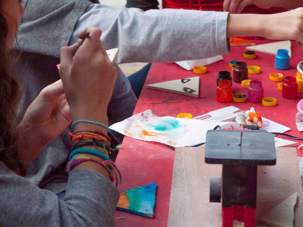 crianças pintando madeira